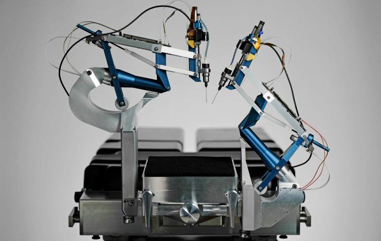Операция на глазах роботом